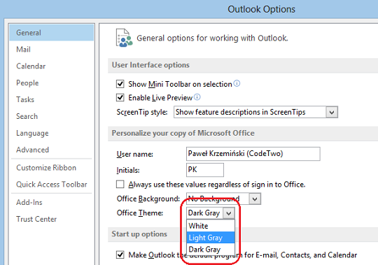Choosing preferred color scheme from the drop down menu in Outlook 2013